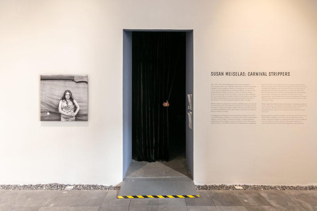 """Vista de la exposición Carnival Strippers de Susan Meiselas, en el marco de FotoMéxico """"Mujeres"""", 2019. Cortesía del Centro de la Imagen"""